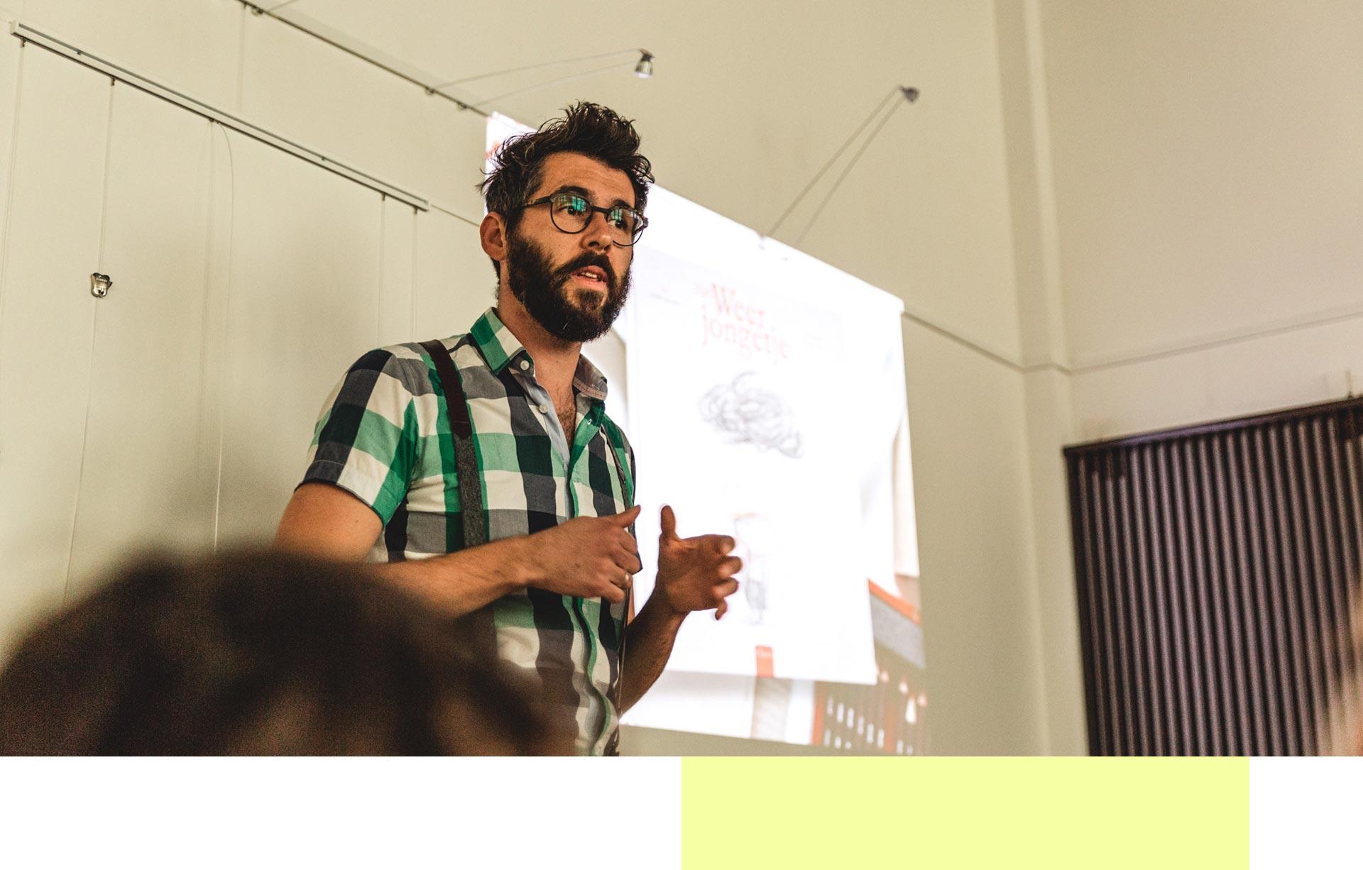 Illustrator Kristof Devos tijdens een lezing